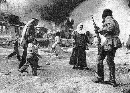 Mains tendues dans une ultime prière une vieille palestinienne